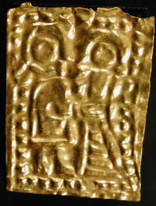 Guldgubber depicting a couple, where the man has the hand at the waist of the woman.